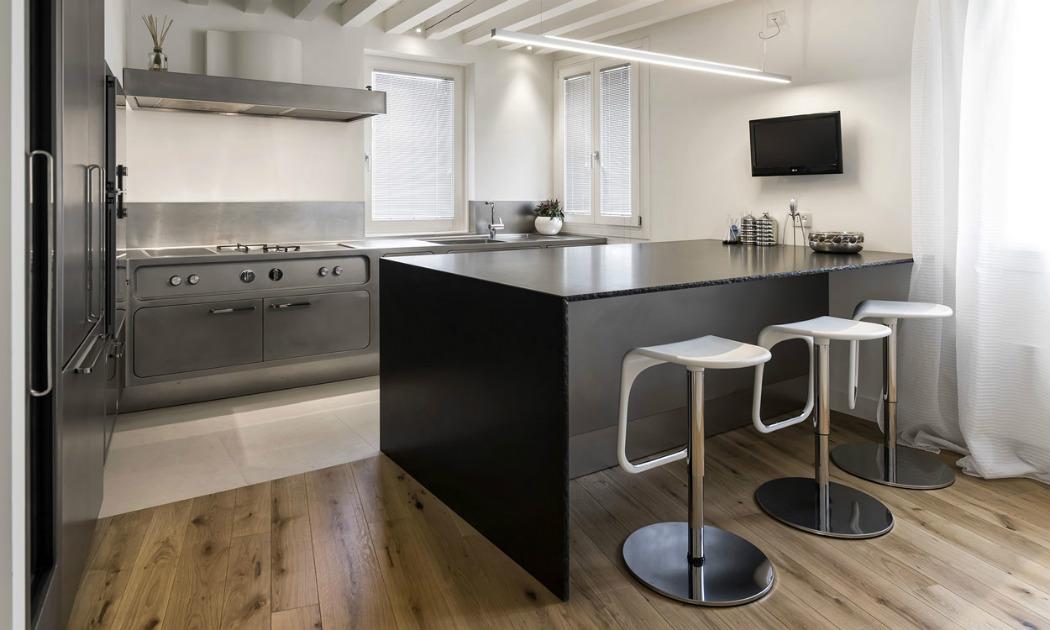 Una cucina professionale ad uso domestico che valorizza l\'atto di ...