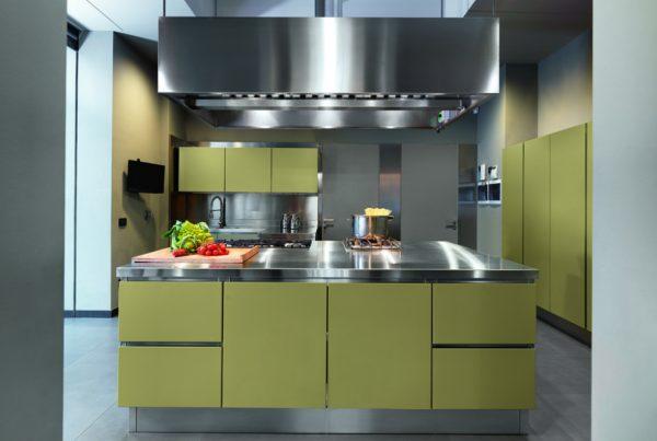 cucina moderna con isola centrale